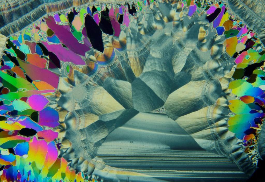микрофото на дюншлиф от концентрично-зонален ахат под бинокулярен микроскоп